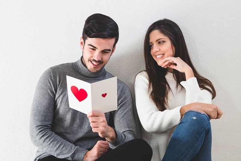 jeune couple le jour de la Saint-Valentin