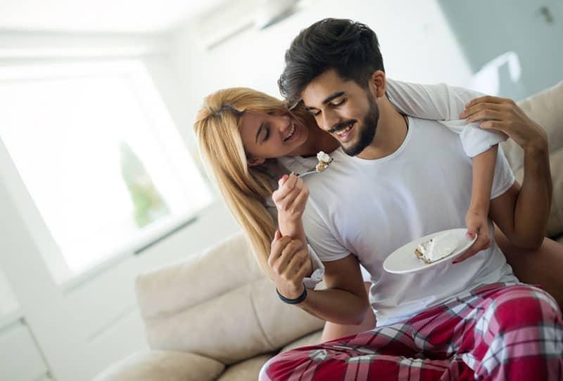 jeune couple, manger, dans, salle de séjour