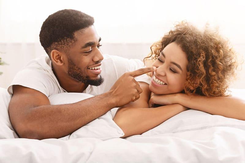 jeune couple noir au lit