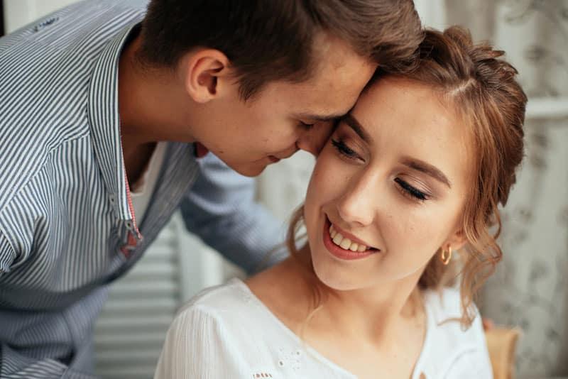 jeune couple pour leur anniversaire