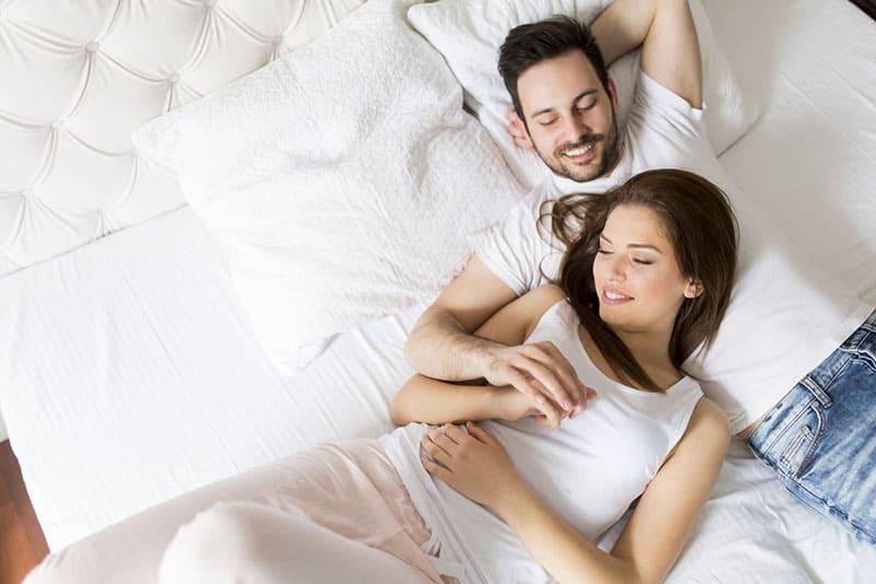 jeune couple, refroidissement, dans lit