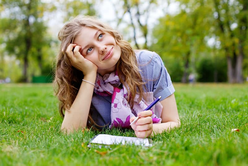 jeune femme, écriture, lettre, dans parc