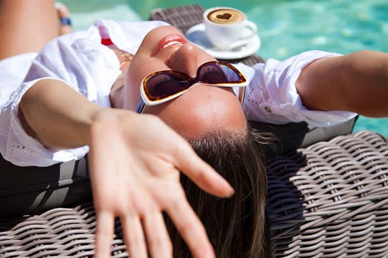 jeune femme, délassant, par, les, piscine