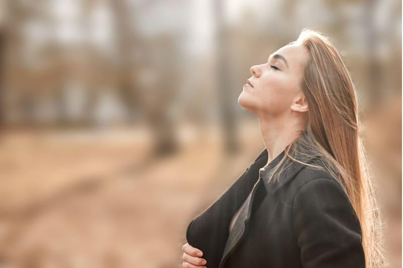 jeune femme respirant profondément