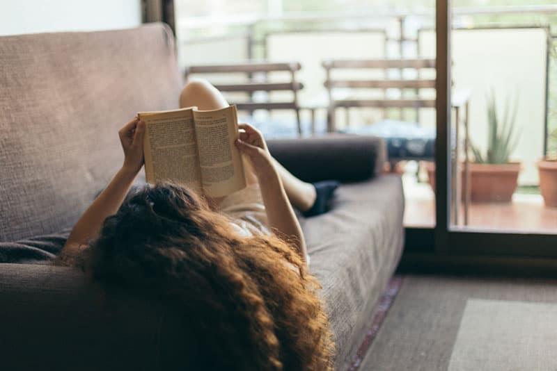 jeune femme se détendre et lire un livre