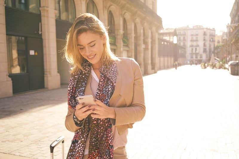 jeune femme, téléphone, dans, rue