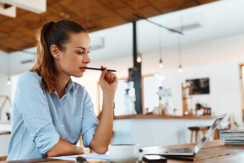 jeune femme travaillant