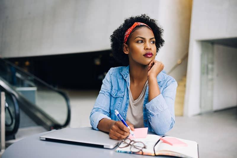 jeune, noir, femme, écriture, cahier