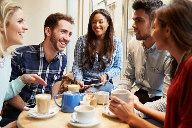 jeunes amis parler et rire