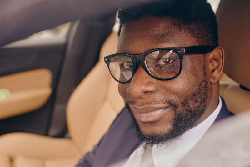 portrait, de, homme noir, dans voiture