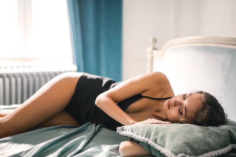 une belle femme au lit