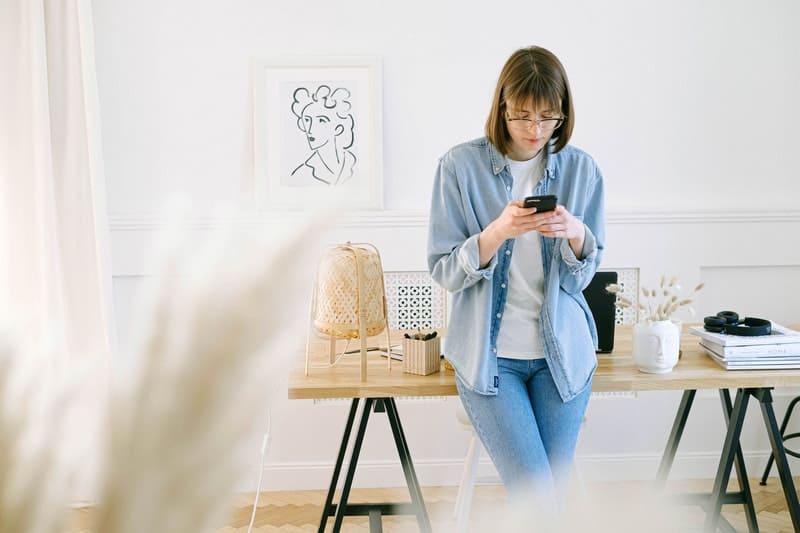 une femme est assise à un bureau et écrit