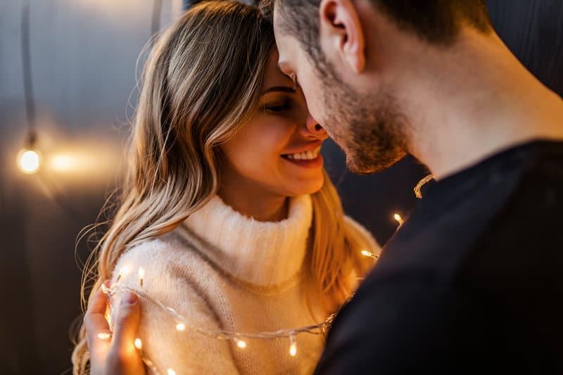 une femme et un homme embrassant