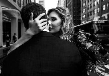 jeune couple, étreinte, dans, rue