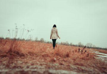 femme solitaire dans la nature