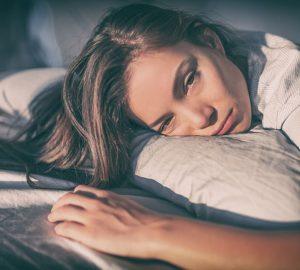 Fatigué femme couchée dans son lit
