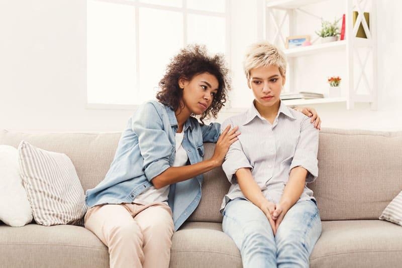 amis tristes parler sur canapé