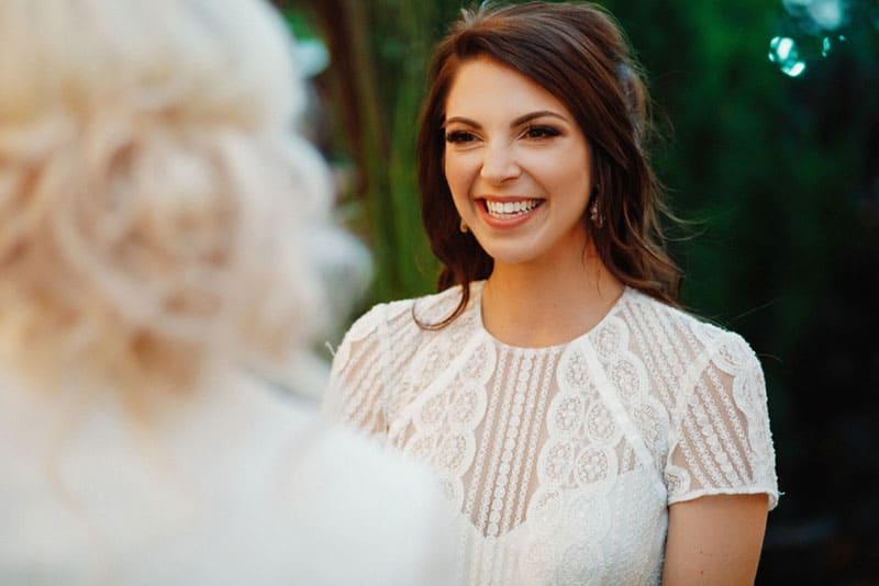 belle jeune femme souriante