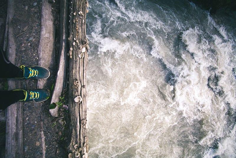 femme, debout, dock, eau
