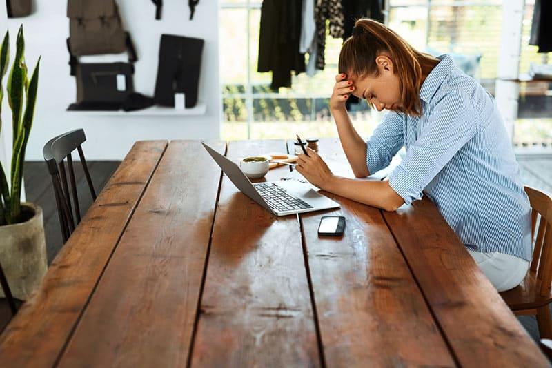 frustré, jeune femme, à, ordinateur portable