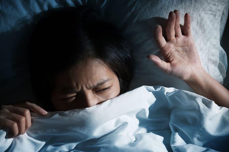 frustré, jeune femme, dans lit