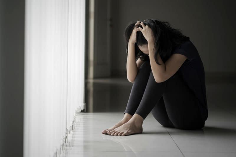 frustré, jeune femme, sur, plancher