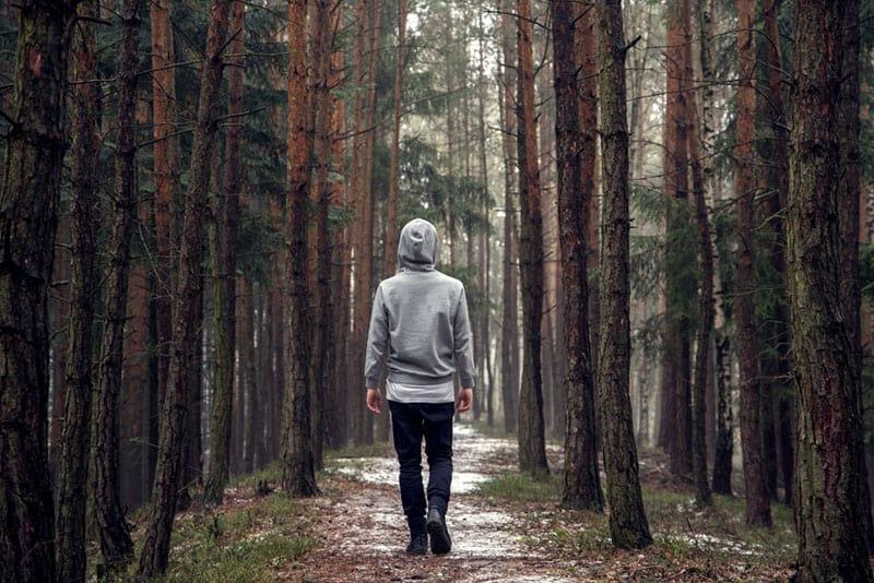 homme qui marche dans le parc