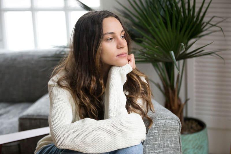 jeune femme assise sur un canapé dans le salon