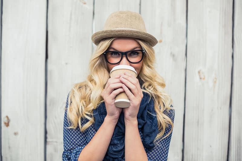 jeune femme blonde, boire du café