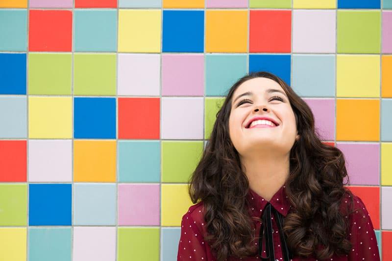 jeune femme heureuse, sourire