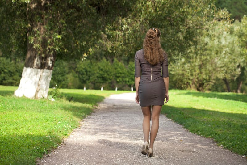 jeune femme, marche, dans parc