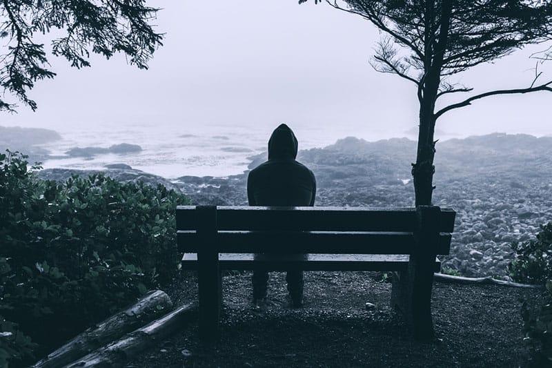 jeune homme, dans, capuche, séance banc