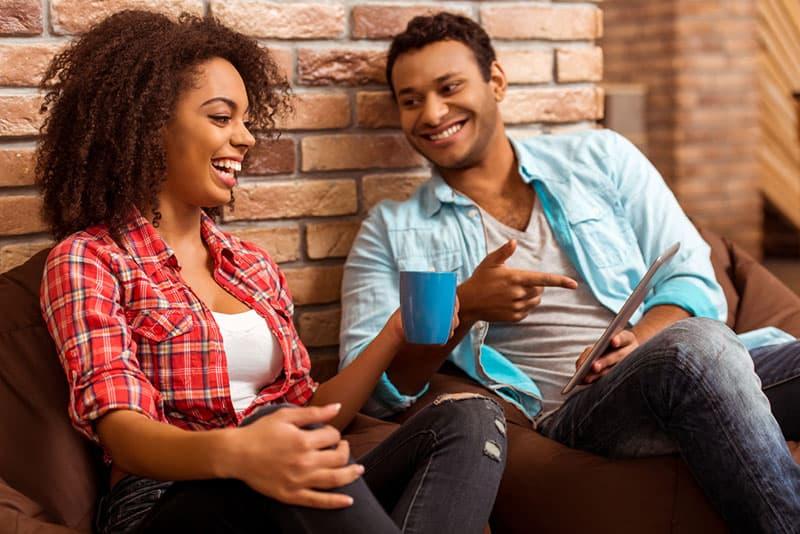jeune, noir, couple, conversation, divan