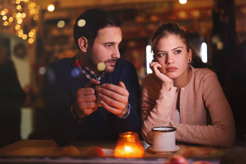 triste jeune couple au bar