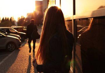 petite amie regardant son petit ami la laissant