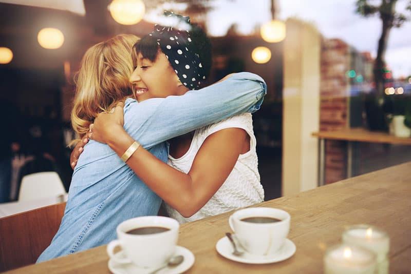 meilleurs amis étreignant dans le café