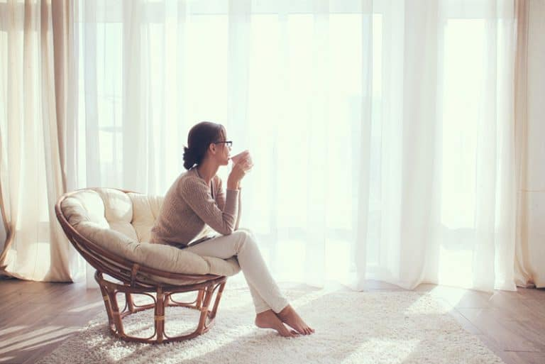 femme assise sur le canapé