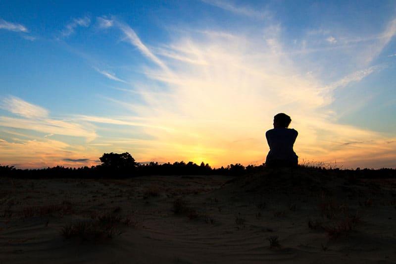 silhouette de jeune femme au coucher du soleil