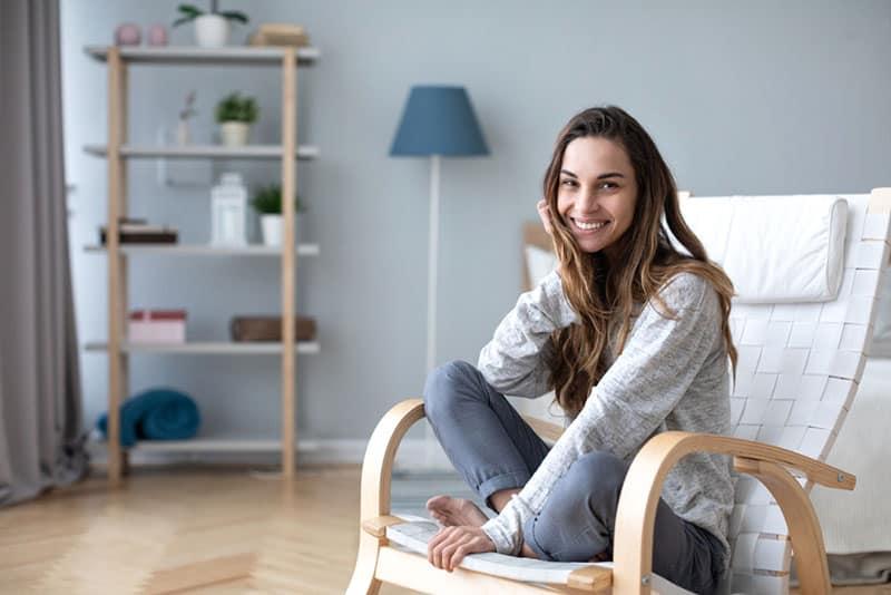 jeune femme souriante et assise