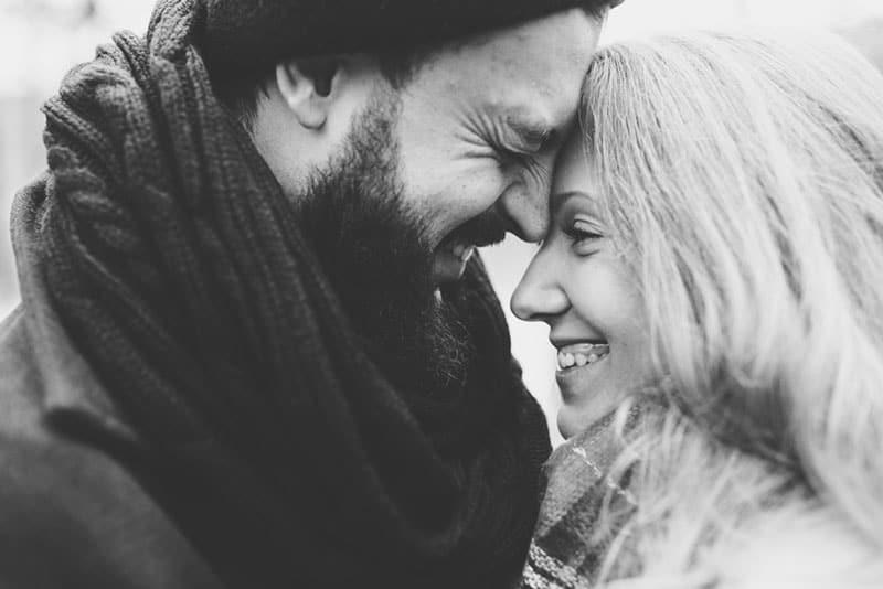 photo en noir et blanc d'un joli couple étreignant