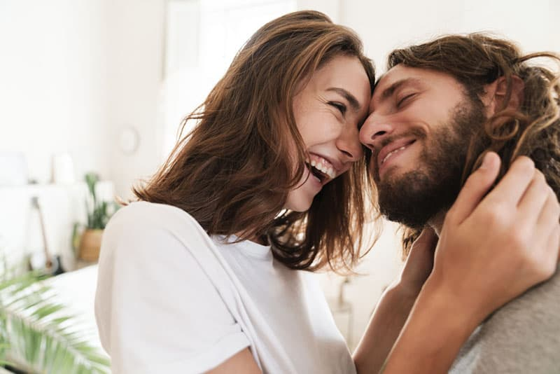 jeune couple, rire, dans, salle de séjour