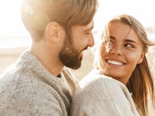 un homme et une femme amoureux se regardent