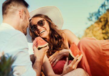 belle fille souriante avec son petit ami en pique-nique