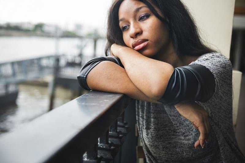 femme triste pensant sur le balcon