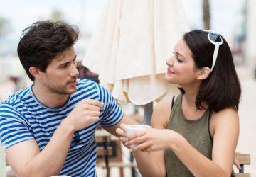 jeune couple buvant du café en plein air