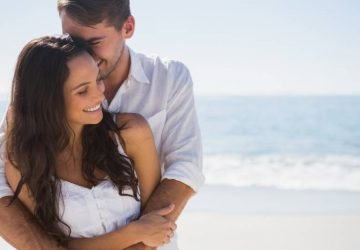 Un couple séduisant se câline sur la plage