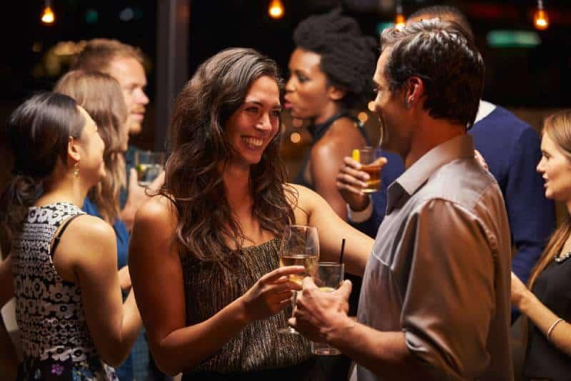Des couples dansent et boivent à une soirée