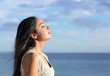 jeune femme, respirer profondément