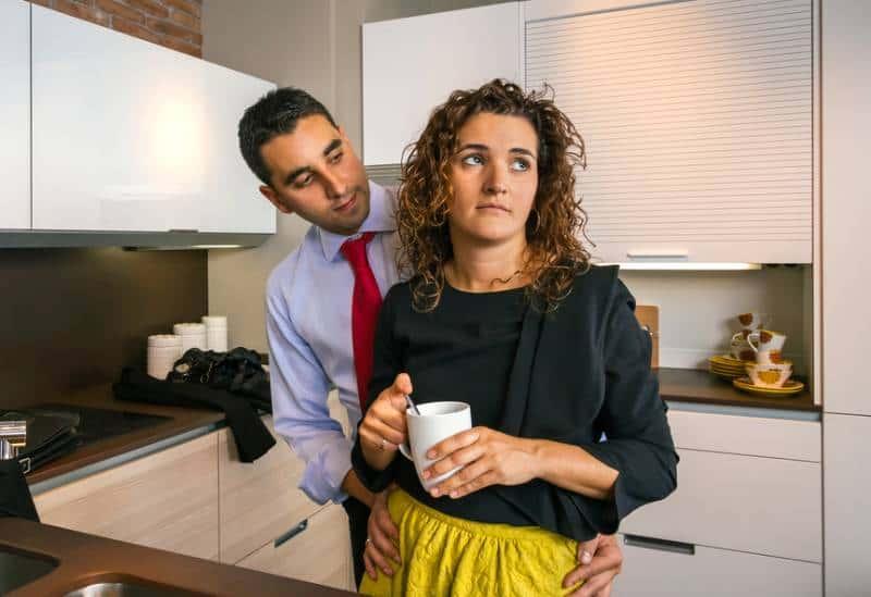 Homme regardant sa femme inquiète dans la cuisine