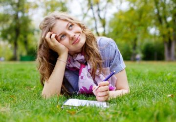 fille heureuse sur l'herbe